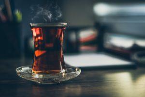 Korzyści zdrowotne picia czarnej herbaty – Wpływ na odchudzanie i skutki uboczne